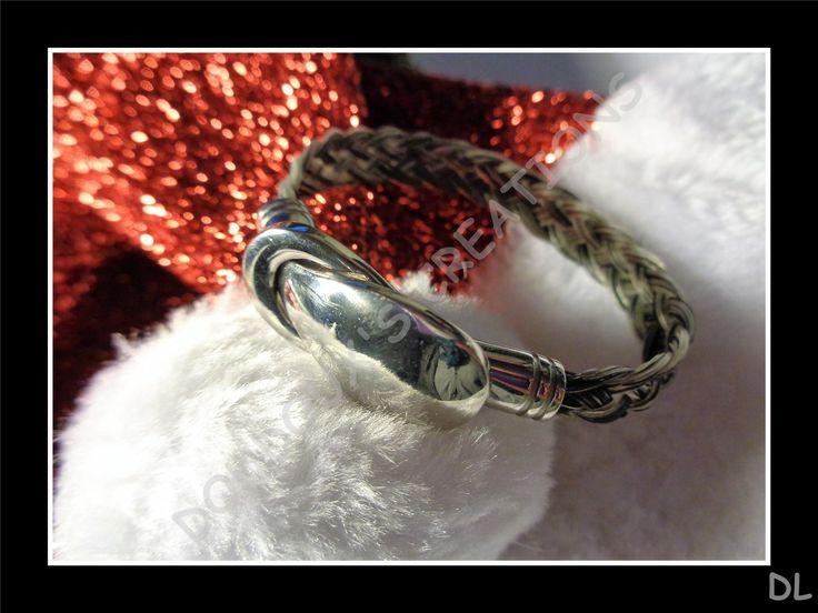 Bracelet en véritables crins de cheval gris clair, tressé à plat 5 brins, fermoir aimanté en acier inoxydable : Bracelet par doudoux-crins