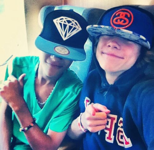 Omar Rudberg and Felix Sandman ♥ Even if their faces aren't showing up they're cute