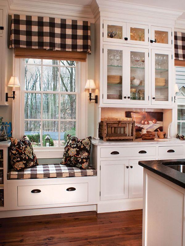 Мягкая скамейка у окна на кухне