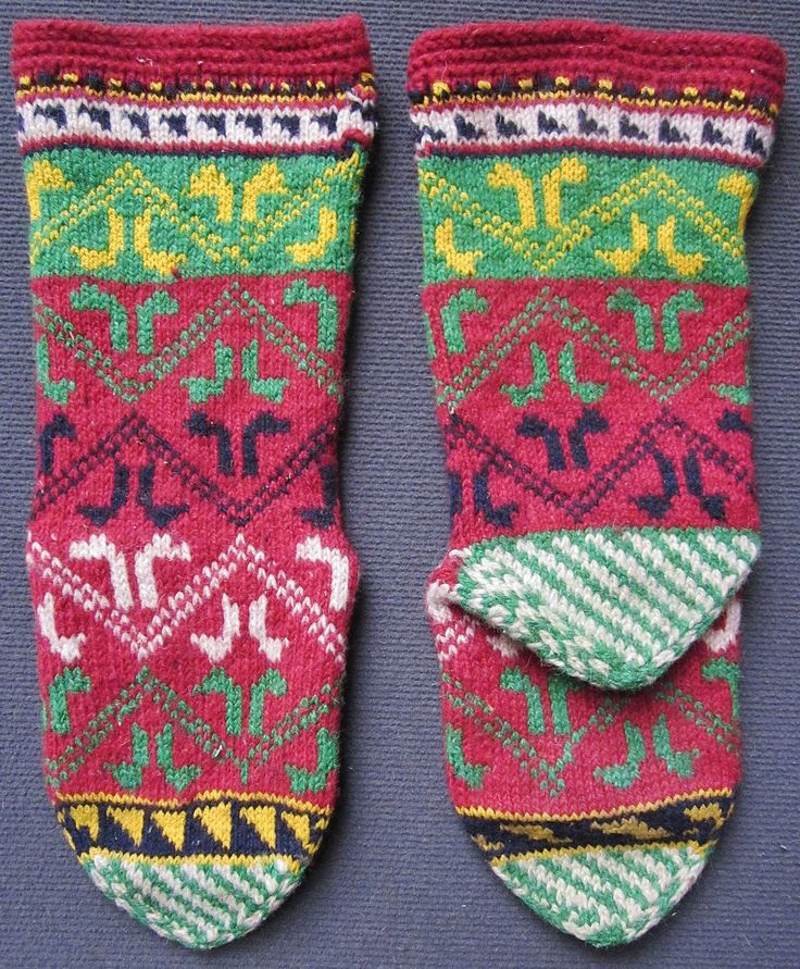 Traditional hand-knitted woollen stockings, for men. From the Beyşehir district (Konya province).  Late 20th century (1980-'85); purchased in Marmaris in 1986.  (Inv.nr. çor120 - Kavak Costume Collection - Antwerpen/Belgium).