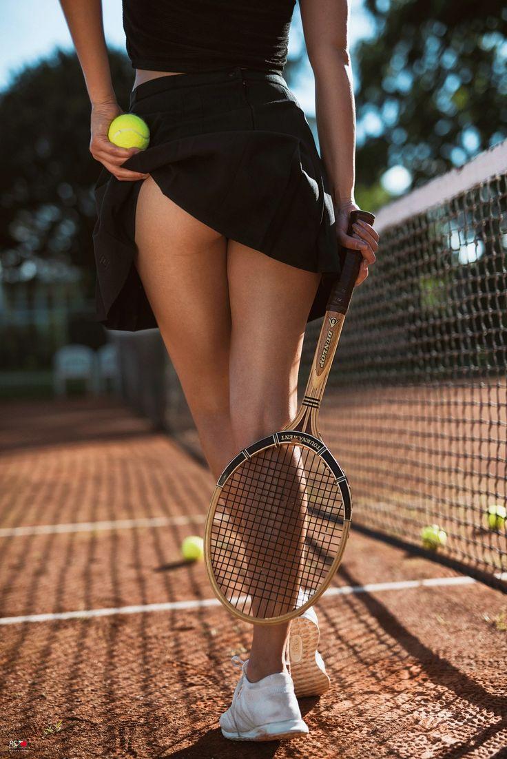 Теннисистка в черных трусиках