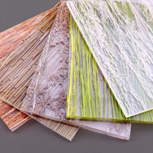 DEKORAKRYL je vyroben z Polymethylmethakrylátu (PMMA), běžně známého jako plexisklo nebo akrylátové sklo. Dekorakryl je výbornou alternativou skla, grafoskla a jiných běžně používaných materiálů, proto najde široké využití v interiérovém designu, zejména pro:  výplň vestavěné skříně,sprchového koutu, schodiště obklad zadní stěny kuchyňské linkynebo výplň dvířek v nábytku výplň interiérových dveří,dělící stěny a příčky obklad baru, recepce a pultu obklad stěnyastropu, interiérové…