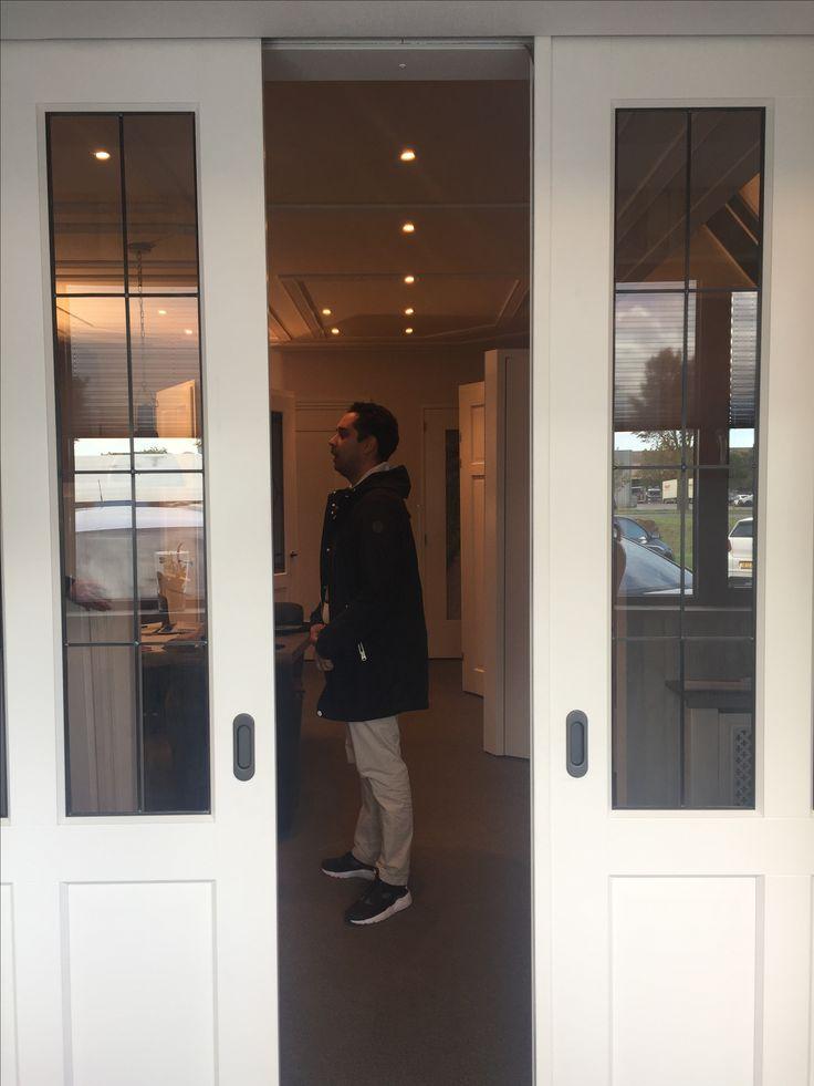Dit is de schuifdeur glas in lood van de woonkamer naar speelkamer. Of deze deur vervangen door een stalen schuifdeur? Marcel, wat vind jij?