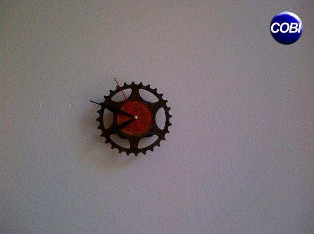 Un pinion și un stop se pot transforma într-un ceas care te ține mereu conectat la prezent.