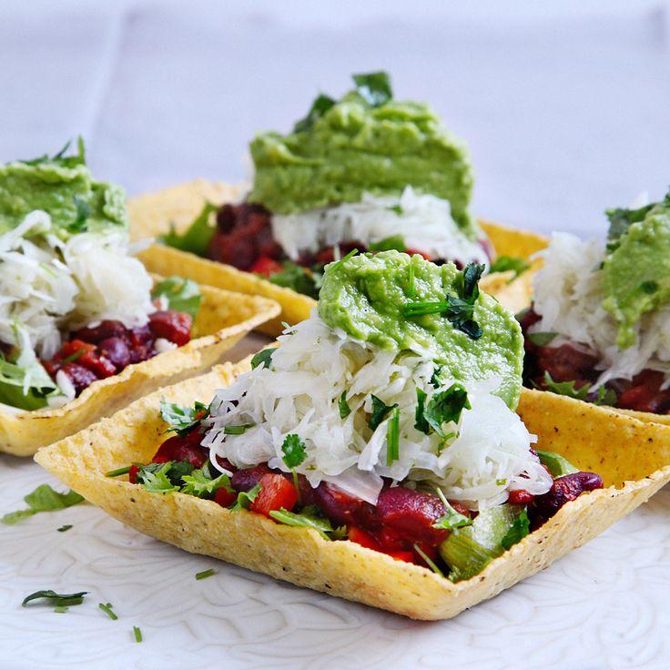 Ett helt fantastiskt vegetariskt recept på Mexikanska böntacos med limepicklad kål och guacamole. Receptet och mer inspiration finner du här på Tasteline.