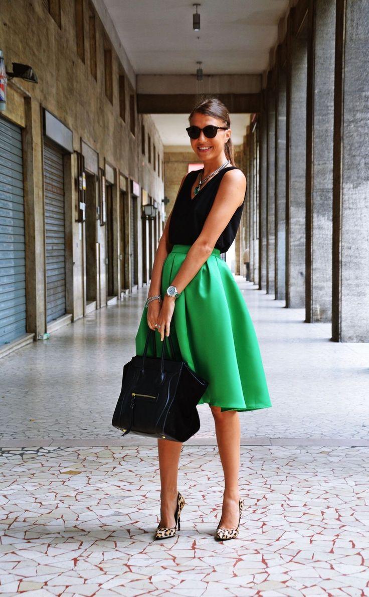 [RO] Va place si voua aceasta fusta,corect :)? Eu o adoooor!!! Astazi am imbracat-o cu o bluzita neagra,deoarece negrusta bine mereu Fiind timpul urat afara,am ales o pereche de pantofi,nu sandale. Daca ar fi soare si frumos,as combina fusta cu o bluzita alba si o pereche de sandale aurii. In asa mod obtinem o tinuta de vara ;).