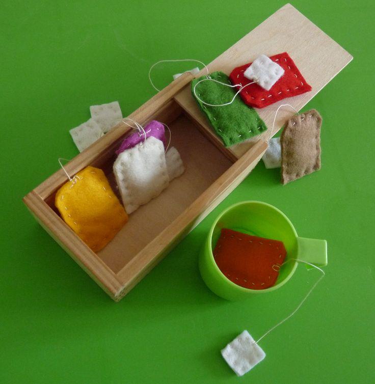 Eloïse adore me préparer le thé, maintenant elle pourra le faire avec des sachets réalisés en feutrine.