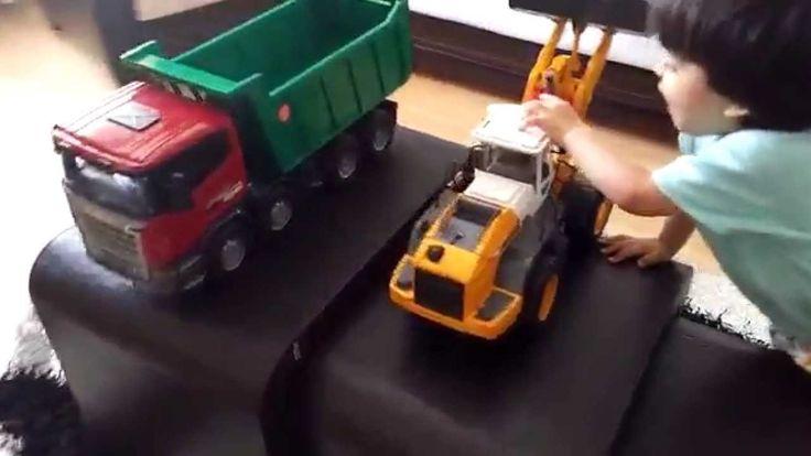 bruder auf dem Tisch und Mack Granite Liebherr loader trucks