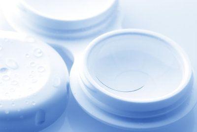 Selber machen ist unratsam: Kaufen Sie besser Kochsalzlösung für Kontaktlinsen im Fachhandel!
