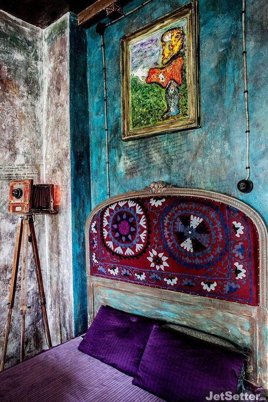 Полтора года назад художник Александр Круглов купил обычную трехкомнатную квартиру в старом доме на Нижнем Валу. Спустя какое-то время пространство превратилось в настоящий арт-объект, наполненный невероятным количеством картин, инсталляций и...