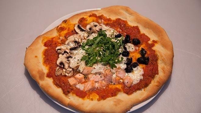 Pizza con salmone, acciughe e funghi (pizza met zalm, ansjovis en champignons) - recept   24Kitchen