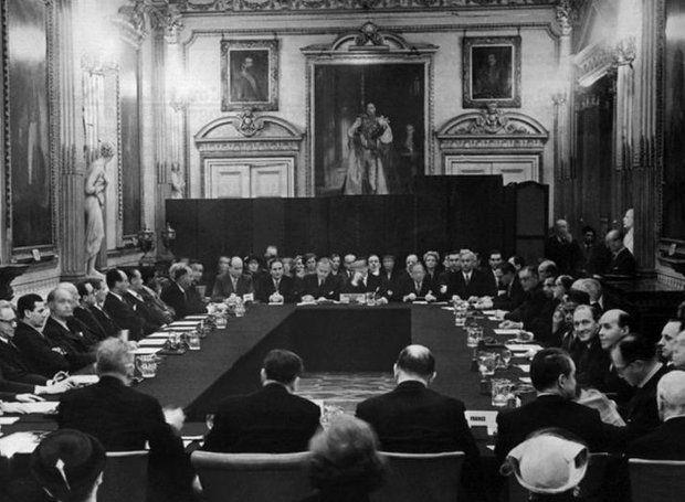 Το «κούρεμα» του γερμανικού χρέους: Στις 27 Φεβρουαρίου 1953 οι πιστωτές της Γερμανίας με πρωτοβουλία των ΗΠΑ συγκεντρώθηκαν στο Λονδίνο για να διευθετήσουν το χρέος της Γερμανίας...