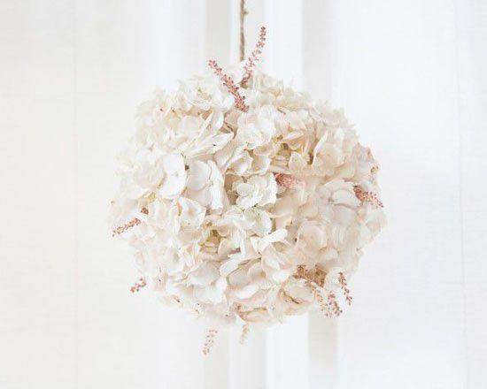 guirnalda para decorar una boda con flores blancas de hydrangea | big floral garland with natural white flowers #bodas #weddings #events #fiestas #eventos #partys #guirnaldas #garlands #decoration #decoracion #diy #crafts #original #manualidades #flores