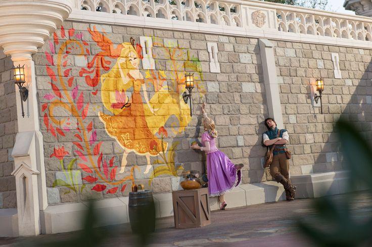 RAPUNZEL DIPS INTO HER ARTISTIC DISNEY SIDE! | Disney Parks