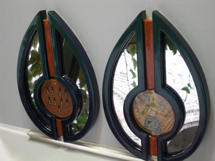 La cornice 'Piuma di Pavone', della linea Elemaxframes. Contiene due antiche carte da gioco indiane