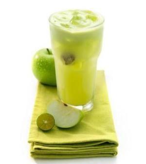 bevanda disintossicante-4 mele verdi intere La buccia grattugiata di 1 limone Un pezzettino di zenzero fresco Inserite tutto in un frullatore ad alta potenza. La vostra bevanda è pronta e va consumata subito. Preparatela al mattino presto, perché è meglio consumarla a stomaco vuoto.  Servirà a eliminare le tossine e purificare il corpo da altre sostanze nocive. In più, questo succo vi darà l'energia necessaria per affrontare la giornata e accelerare il processo digestivo.