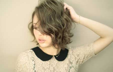 Gorgeous and Attractive Bob Hairstyle with Cool Natural Wavy Strands of Hair