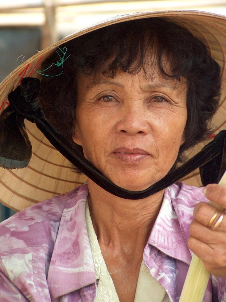Marchande de canne à sucre dans le marché de Hoi An au Vietnam