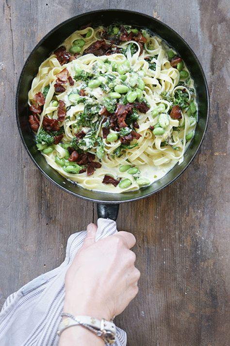 Krämig tagliatelle med bacon, grönkål och edamamebönor 4 portioner 1 paket bacon 1 schalottenlök 1 vitlöksklyfta 2 msk olivolja 100 g grönkål 250 g förvällda edamamebönor (utan...