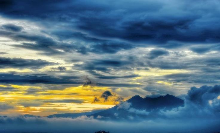 unung berapi ternama di Pulau Jawa bukan hanya Gunung Merapi atau Gunung Bromo. Adalah Gunung Salak yang secara administratif masuk dalam wilayah Kab. Sukabumi dan Kab. Bogor, Jawa Barat.