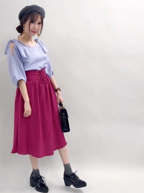 ピンクのスカートをメインにしたオトナ女子スタイル✨ 肩あきのブラウスでヘルシーな肌見せを💕 小物