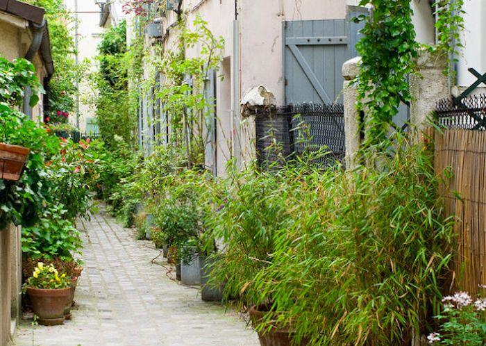Labyrinthe d'impasses : rue des Vignoles (20ème)  La Rue des Vignoles abrite une quinzaine d'impasses datant du 19ème siècle où étaient originalement installés des logements ouvriers. Perdez-vous dans cette enfilade de ruelles plus étriquées les unes que les autres. L'impasse Poule affiche 60 mètres de long et 2 mètres de large au compteur.  Métro : Buzenval  rues-insolite-vignolles-paris