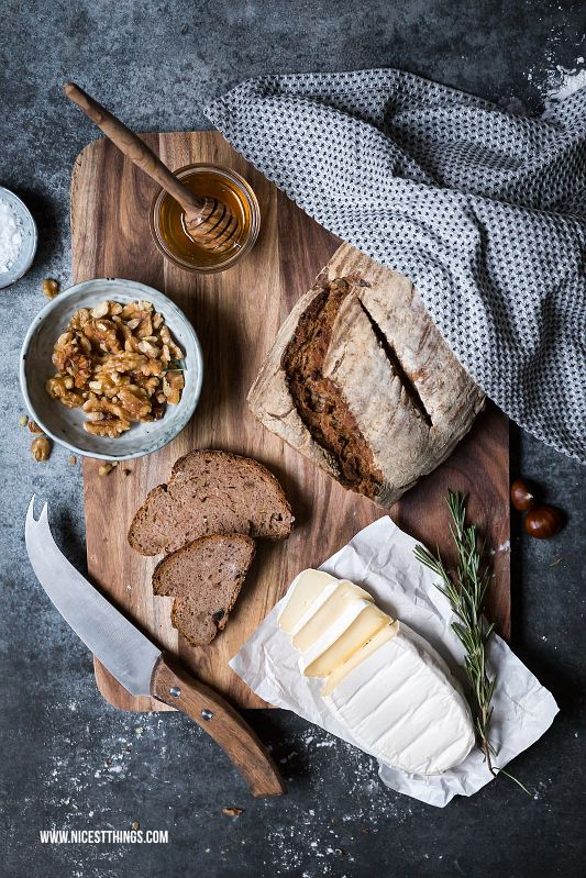 Selbstgebackenes Brot mit Käse, Honig, karamellisierten Walnüssen und Rosmarin #geramont #cestbon