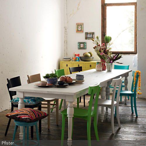 Eine schöne Möglichkeit, um Farbe in den Essbereich zu bringen, ist dieser bunte Mix aus Stühlen. An der langen, weißen Tafel wurden Stühle in Grün, Schwarz, …