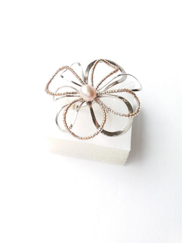 """Prsten+Nr.71+""""Květ+s+růžovou+perlou""""+Autorský+šperk.+Originál,+který+existuje+pouze+vjednom+jediném+exempláři+z+kolekce+""""Variací+na+květy"""".Vyniká+svou+lehkostí,+jedinečným+výrazem,+kouzelným+prostorovým+tvarem+a+krásou+pravé+říční+perly+s+růžovým+nádechem.+Prostorový+tvar+vždy+vypadá+velmi+lehce,+vzdušně,+zajímavě+a+na+ruce,+která+je+v+pohybu+jakoby..."""