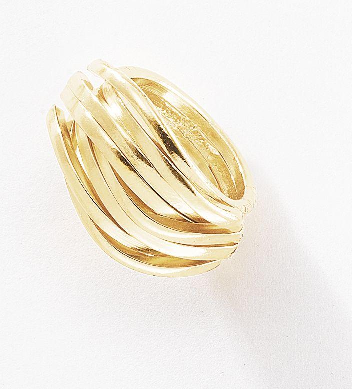 Múltiples aros con 4 baños de oro de 18 kt, entrelazados entre sí dota a la mano un brillo distinguido y confiere un aura muy femenina. Anillo en medida # 6. Modelo: 116246