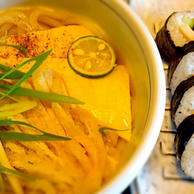お昼です、冷凍うどんを温めて適当にトッピング。 朝からスーパーで買った巻き寿司を添えました。 食べ過ぎかな? - 128件のもぐもぐ - お昼は  讃岐風うどん、巻き寿司 by mottomotto