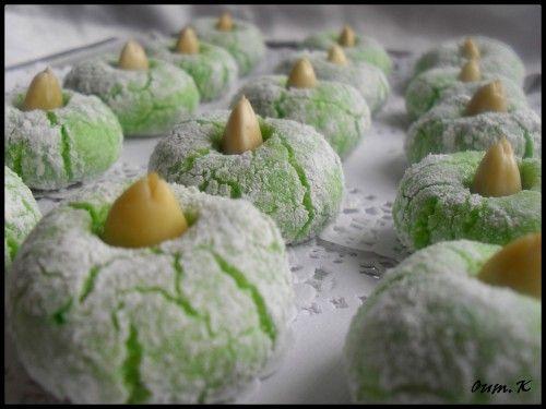 """El mechkouk...... Voici une patisserie vraiment délicieuse on l'appelle le mechkouk, ou mchekek qui veut dire """"craquelé"""", cette douceur est délicieuse, elle me rappelle le macaron.... C'est une patisserie rapide et simple a réaliser 500 gr de poudre d'amande..."""