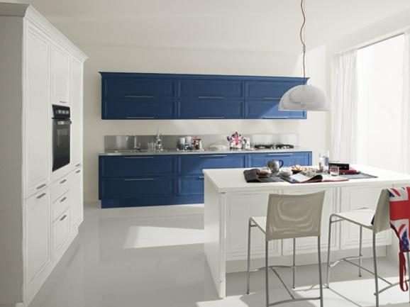 Cucina classica con penisola centrale. Anta telaio laccato bianco gesso e blu cobalto.