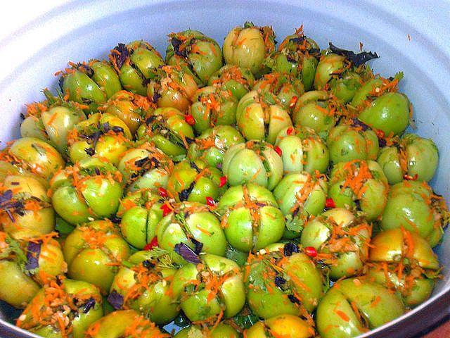 Вкуснейшие зеленые помидорчики - квашенные и быстро 5 кг помидор 200 гр чеснока 3 шт моркови 1 пучок базилика 1 пучок укропа 1 пучок кинзы 3-5 шт перца Чили перец горошек лавровый лист  Рассол: на 1 литр воды: 1,5 ст .л. соли 2 ст. л. сахара 100 гр уксуса 9% В помидорах сделать надрезы не до конца. Измельчить чеснок ,зелень, морковь, смешать все и начинить помидоры. На дно посуды уложить перец горошек, лавровый лист и нарезанный перец Чили. Рассол вскипятить и залить им помидоры. Поставить…