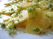 ✿ Ananás com Hortelã-Menta 1 ananás ou abacaxi maduro  2 colheres (sopa) de hortelã-menta fresca 2 colheres (sopa) de açúcar  Comece por arranjar o ananás tirando-lhe a casca. Corte-o depois em 4 quartos, cada um dos quartos em fatias o mais finas que conseguir, e disponha numa travessa ou prato de servir.  Num almofariz coloque as folhinhas de hortelã previamente lavadas e o açúcar e esmague tudo muito bem até obter um açúcar de cor verde. Salpique o ananás com o açúcar e está pronto a…
