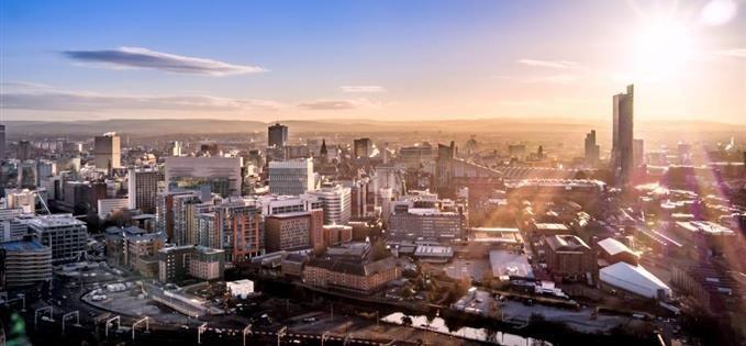 als je goed kijkt zie je hier de skyline van manchester, dat kun je zien aan het prachtige old trafford