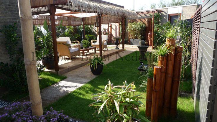 Een tropische tuin met bamboe overkapping strodakjes en afgewerkt met een gekleurde beits - Overdekte patio pergola ...
