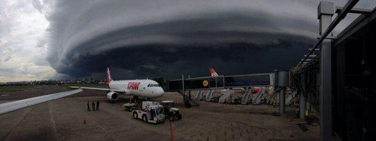 Aeroporto Internacional Salgado Filho Porto Alegre - RS Brasil Nuvem arco no temporal do dia 09/01/2015