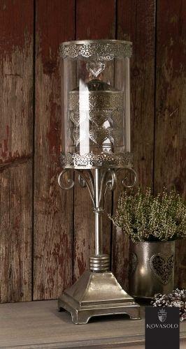Lekker og romantisk Athene lysholder. Ved hjelp av varm luft som stiger opp fra teslysene vil den innvendige dekorasjonen som er festet med magnet rotere rundt. Dette skaper et avslappende og behagelig lysspill.