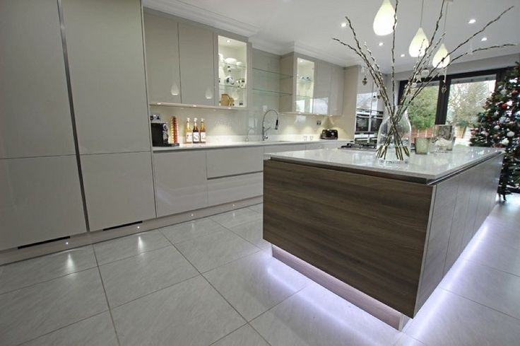 ilot central à finition acacia avec ruban lumineux dans la cuisine grise