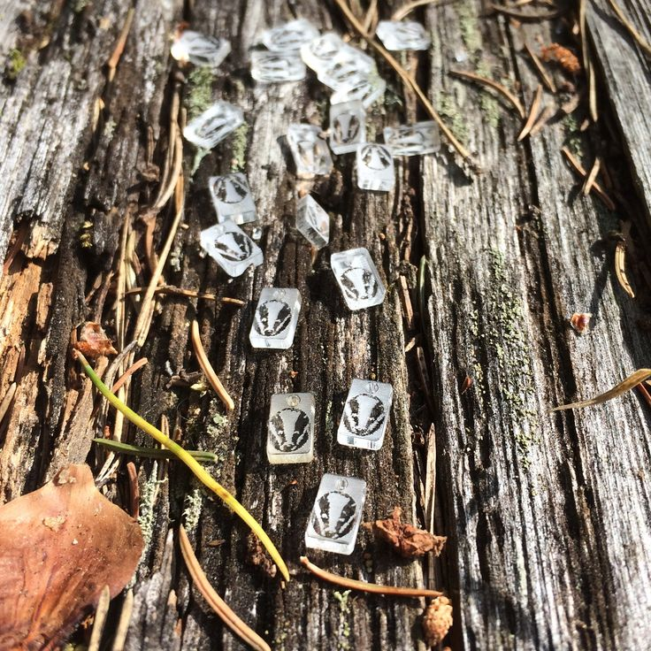 Små plexi-taggar som ska fästas på smycken.