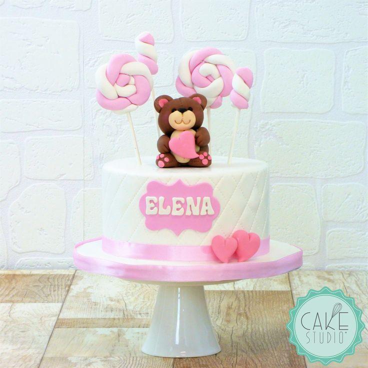 un tenero orsacchiotto, dolci e cuoricini per una torta per il primo compleanno di una bambina