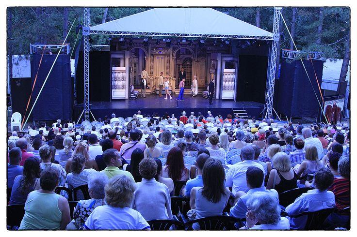 """Kultkikötő _____________________________ """"A Kultkikötő egy összművészeti fesztivál, mely Balatonföldvár kulturális kikötőjeként a nyár programkínálatának meghatározó eleme. Fesztiválunkra ellátogatva változatos, magas színvonalú színházi előadásokkal, könnyűzenei koncertekkel, képző-, illetve fotóművészeti kiállításokkal, gyermekprogramokkal, filmvetítésekkel, irodalmi estekkel, alkotóműhelyekkel találkozhatnak az érdeklődők."""""""