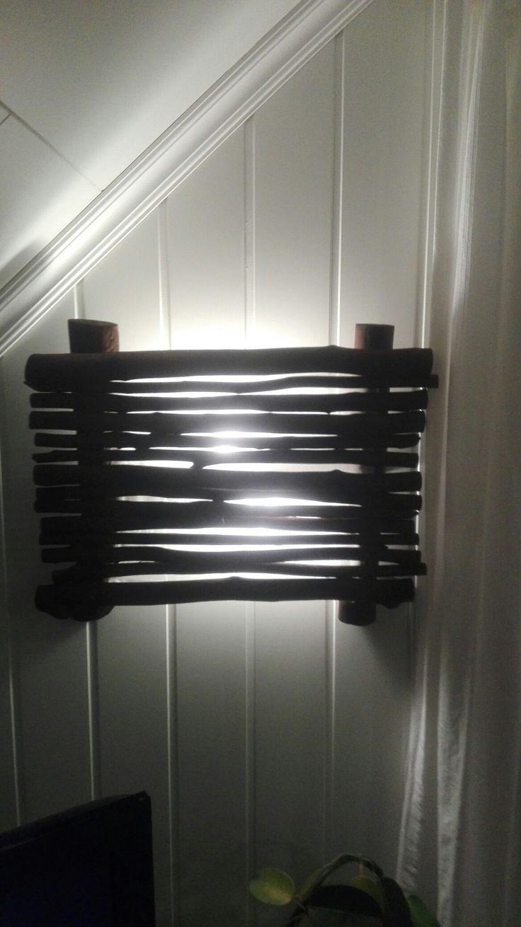 Vegglampe laget av drivved