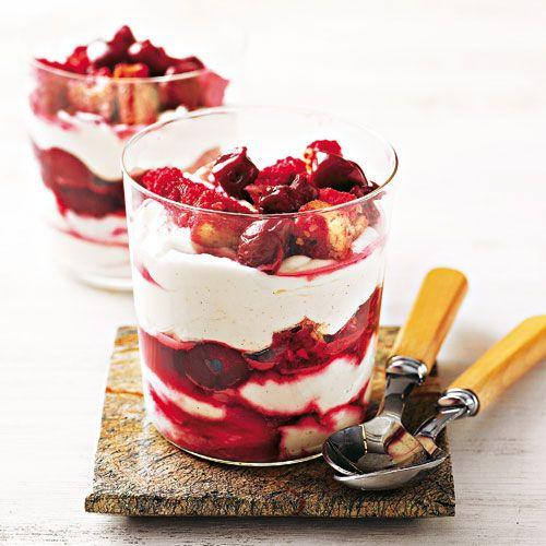 Zum Glück gelingt dieses leckere Dessert nicht nur mit frischen Kirschen, sondern auch mit Kirschen aus dem Glas oder der Kühltruhe. Mit Quark, Mascarpone und Sahne wird es dreifach gut. Foto: Thomas Neckermann