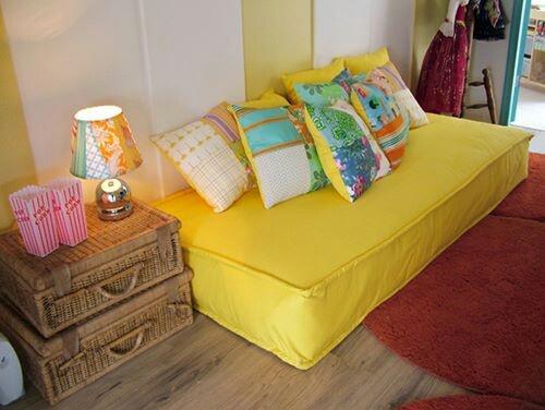 Sofá cama feito com colchão cama box com capa acolchoada