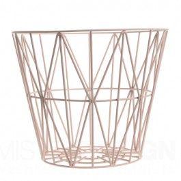 Heeft u een mand nodig voor het opbergen van brandhout, dekens, kussens, garen, tijdschriften, speelgoed of wasgoed? Noem het maar op, deze multifunctionele draadmand van Ferm Living biedt de oplossing!  U kunt de Wire Basket zelfs ondersteboven zetten en gebruiken als extra stoel of bijzettafel. Of, indien u heel creatief wilt zijn, de Wire Basket gebruiken als een lampenkap. Wire Basket is dus lekker functioneel maar ook zeer mooi.   De draadmanden zijn gemaakt van ijzerdraad met ...