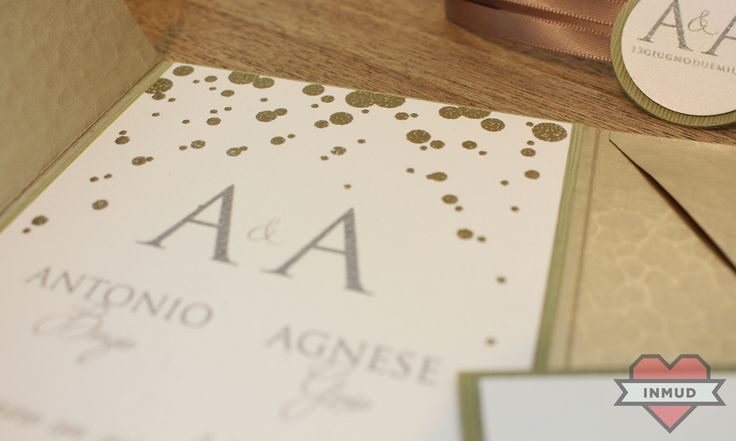 Partecipazione di nozze oro con stampa a rilievo.