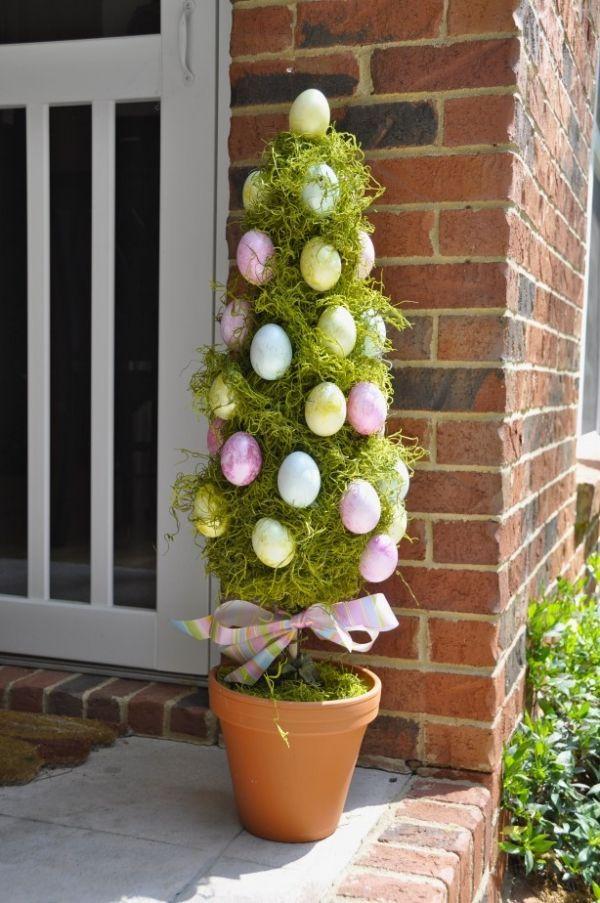 décoration d'extérieur avec un arbuste décoré d'oeufs