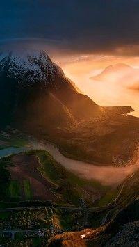 Góra opasana wstęgą rzeki w promieniach słońca